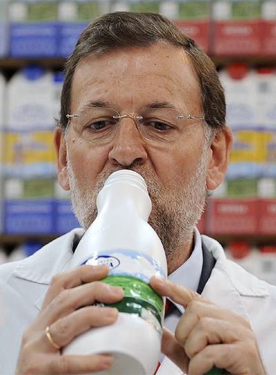 Mariano Rajoy bebent llet
