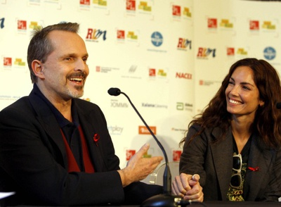 Miguel Bosé junto a la modelo Eugenia Silva