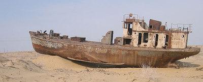Uno de los barcos varados en la arena en lo que un día fue el mar de Aral
