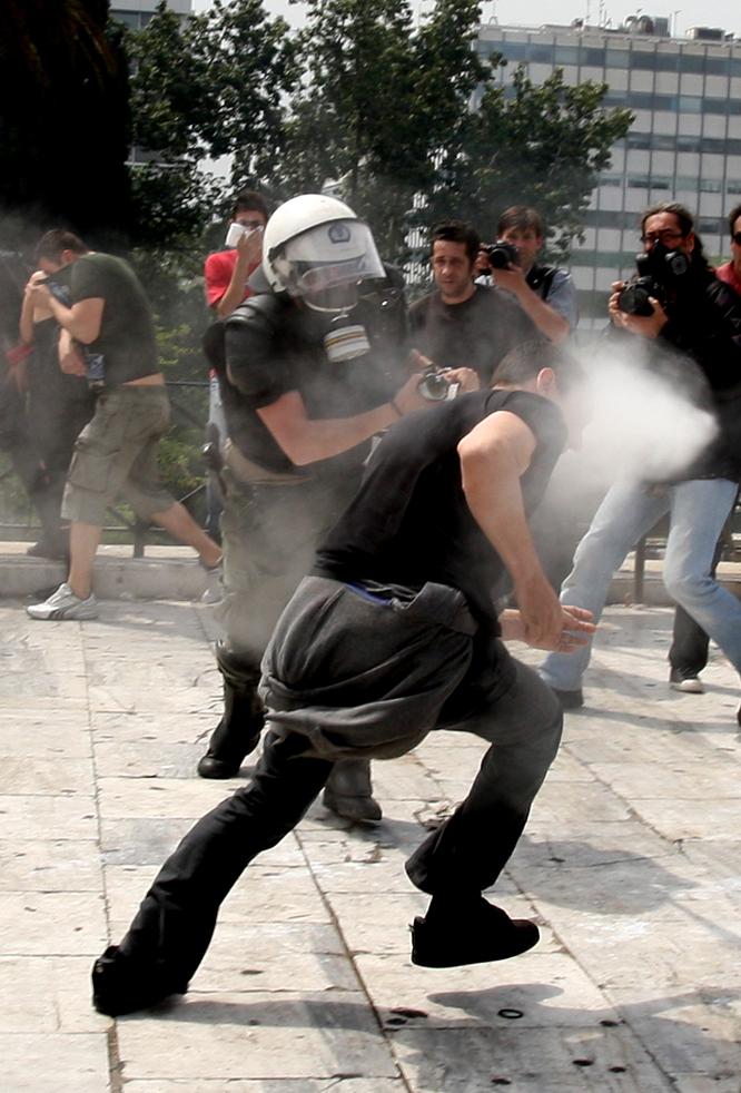 El hundimiento de Grecia Gases_manifestante