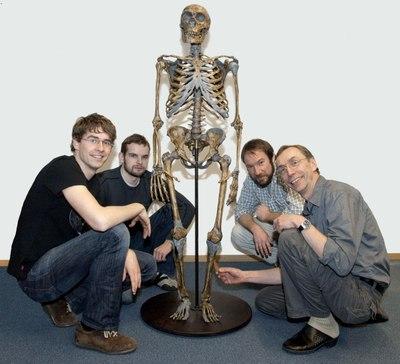 Investigadores con un esqueleto de neandertal