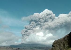 Columna de humo volcánico