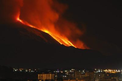 El Etna baña de lava su ladera sureste