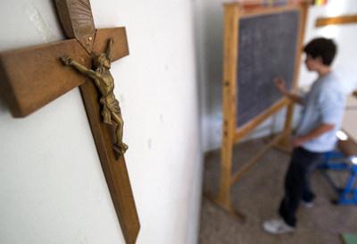 Un crucifijo preside un aula en un colegio de Roma