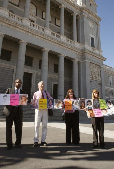 Victimas curas pederastas Estados Unidos protestan frente catedral Almudena Víctimas de curas pederastas de Estados Unidos protestan frente a la catedral de la Almudena