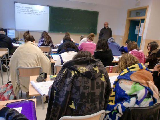 Estudiantes del IES Navarro Santa Fe de Villena (Alicante) dando clase con mantas