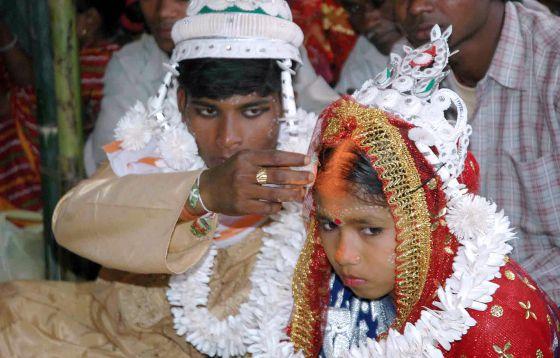Una menor hindú y su futuro esposo, durante la ceremonia matrimonial en Malda (India