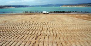 Uno de los mayores lagos artificiales de europa cubre la for Como se hace un lago artificial