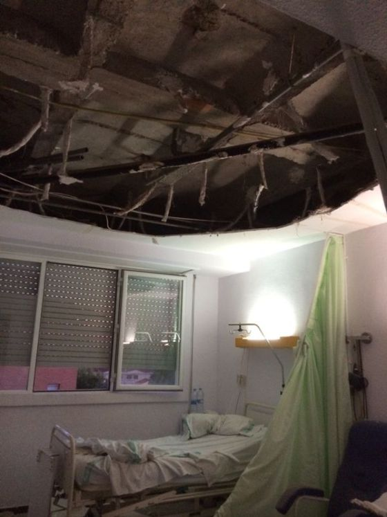 Un falso techo se derrumba sobre dos pacientes en el for Larvas de polillas en el techo