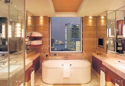 El hotel tiene habitaciones con pantallas de televisión antiniebla en el baño, además de mandos a distancia junto a la cama para ajustar la humedad, la televisión y la luz.