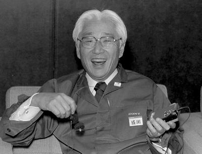 Akio Morita, responsable de la marca Walkman de Sony, en 1992