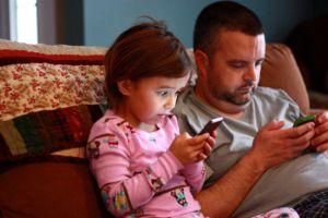 Pais Larguem Esse Celular E Deem Atenção Aos Filhos Atualidade