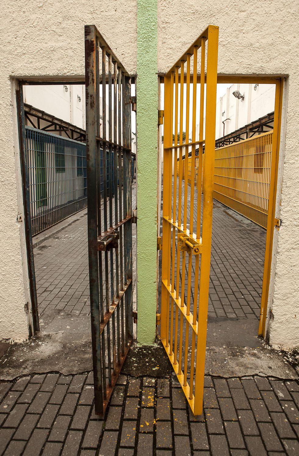 A entrada das instalações onde ficam os jovens, divididos em dois centros.