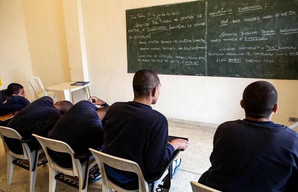 As aulas do ensino formal tomam grande parte do dia dos meninos, e, uma vez formados, eles saem da internação com diplomas de escolas da rede estadual que se associam à Fundação CASA e que estão próximas de cada unidade.