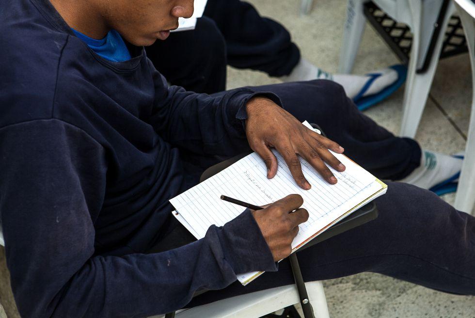 Estudar toma metade do dia dos adolescentes.