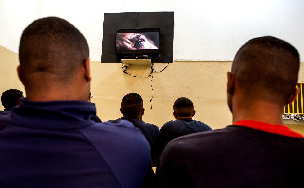 Uma das atividades preferidas dos jovens internados é assistir a televisão. Eles têm acesso a filmes e programas de TV não noticiosos. Mas, entre uma troca de canal e outra, ficam sabendo de temas factuais, como a redução da maioridade penal, em debate no país.