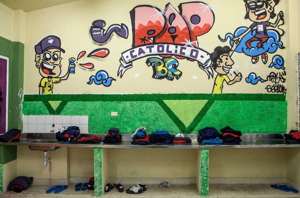 Intervenção na parede de uma sala, feita por jovens católicos que fizeram uma visita especial à Fundação.