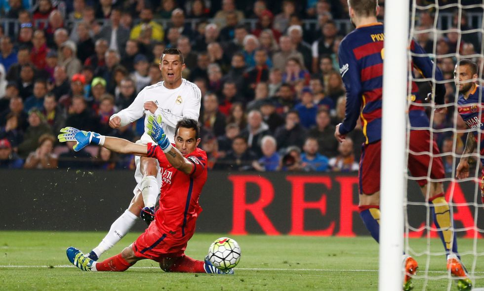 Resultado Barcelona 1x2 Real Madrid pelo Campeonato Espanhol Ronaldo chuta  para marcar o gol ... 931d7b242b330