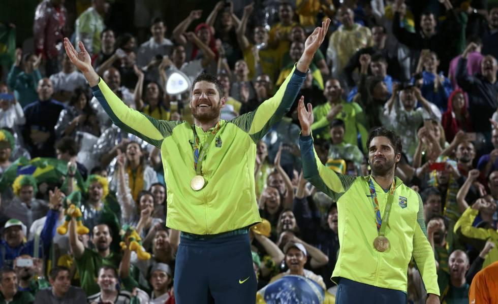Dupla de ouro  Alison e Bruno batem italianos na final do vôlei de ... 63918ee49aa37