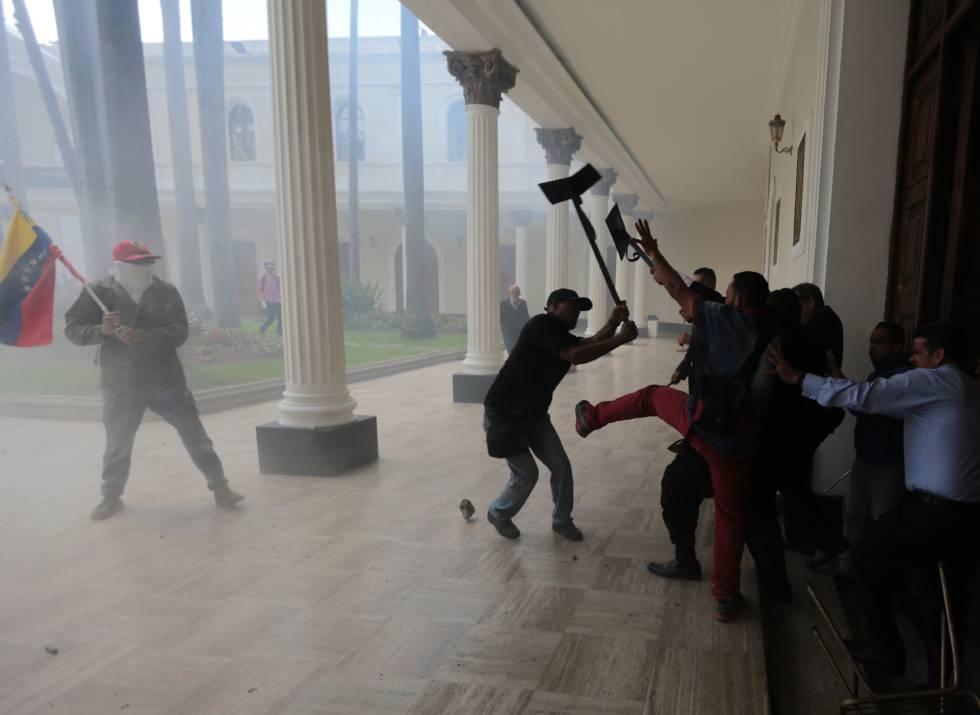 Resultado de imagem para parlamento venezuelano e invadido e parlamentares são feridos