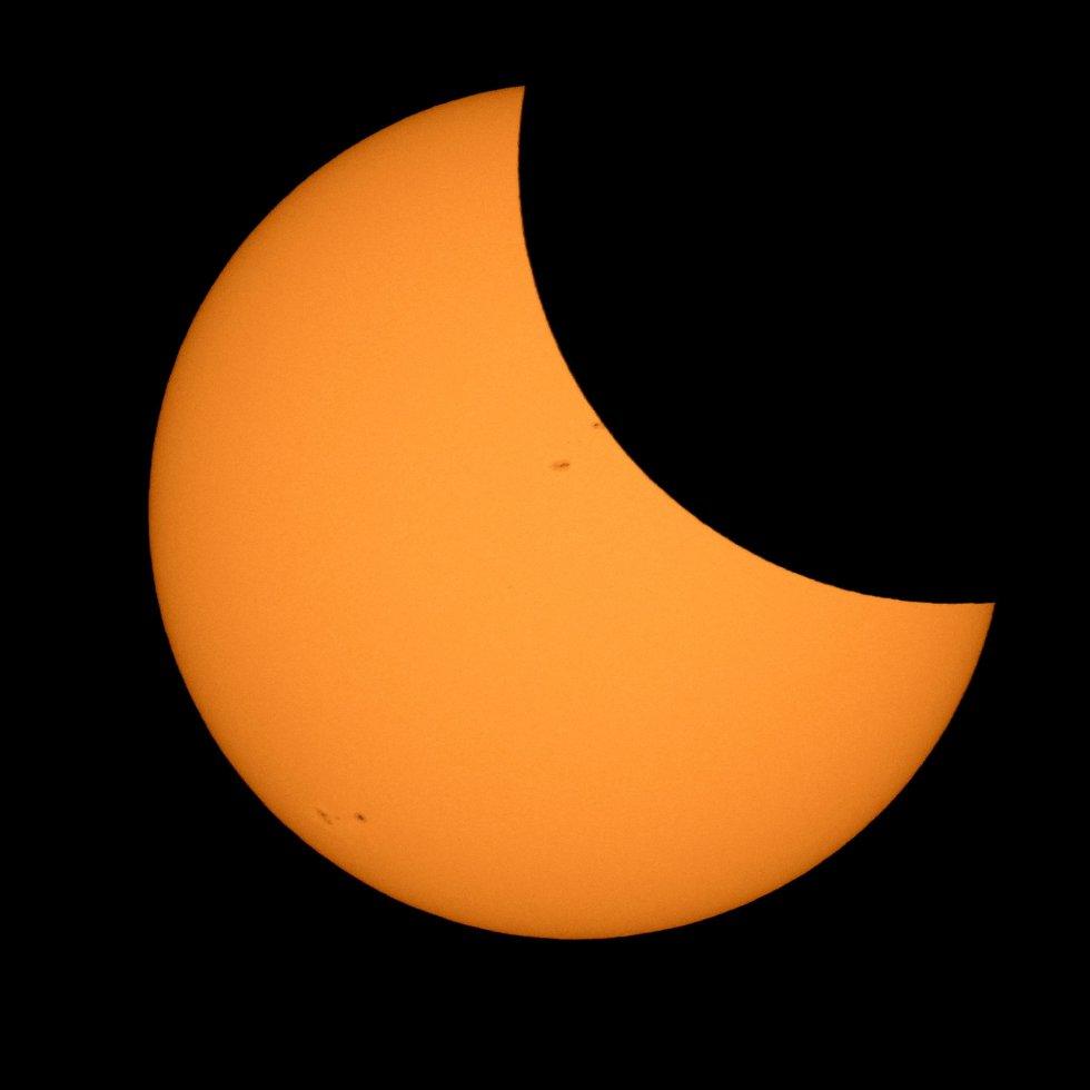A lua passando pelo sol nesta segunda-feira, em registro cedido pelos EUA.