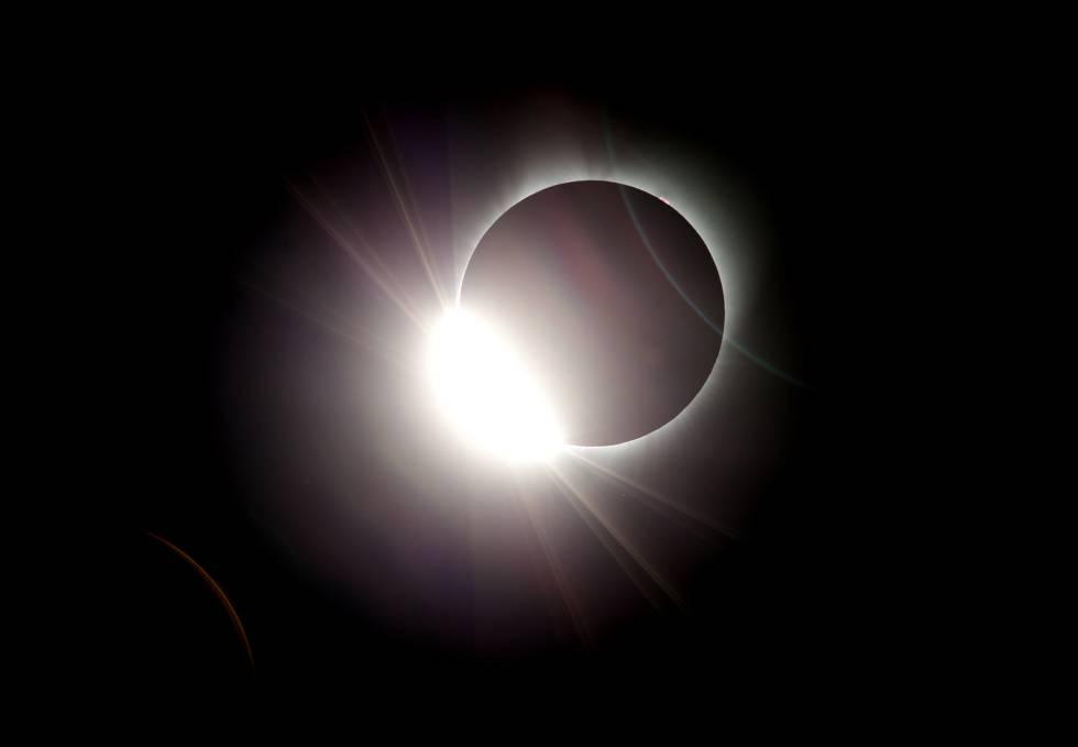 A lua quase que completamente ofuscando o sol, visto de Oregon, nos EUA, nesta segunda-feira, 21 de agosto.