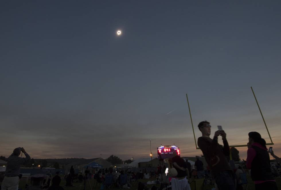 """Momento em que a lua """"escondeu"""" o sol no Lowell Observatory, nos EUA."""