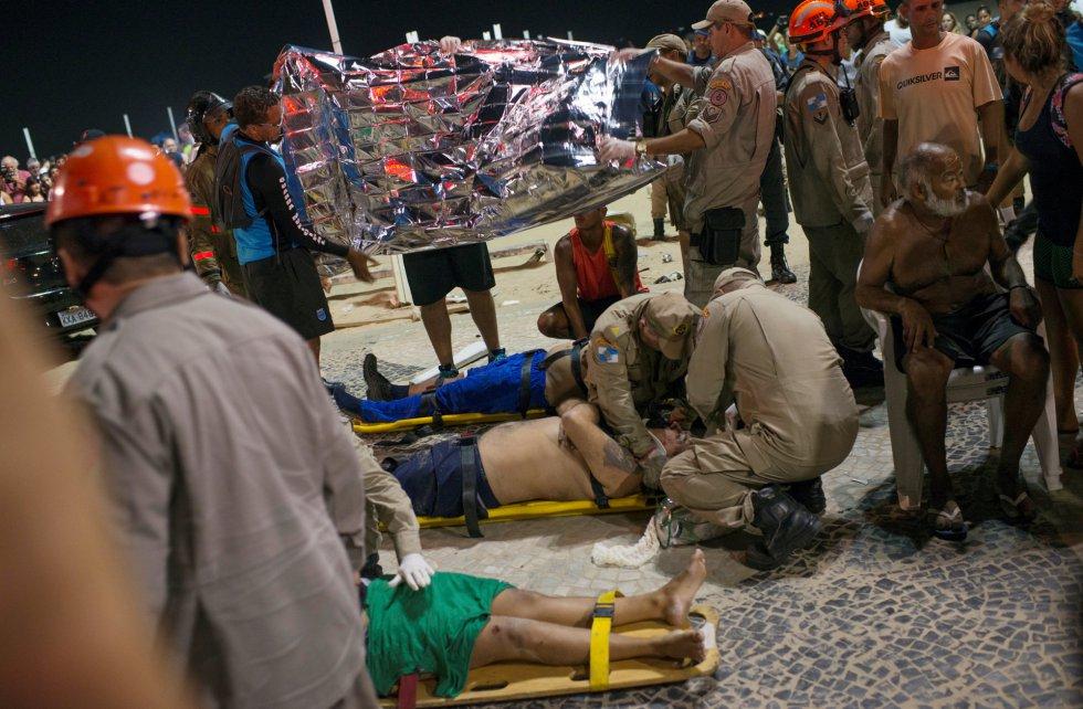 Profissionais atendem os feridos no calçadão de Copacabana após acidente envolvendo carro que invadiu o calçadão na praia carioca nesta quinta-feira. O motorista, que disse ter perdido o controle do veículo, foi identificado como Antonio de Almeida Anaquim, de 41 anos.