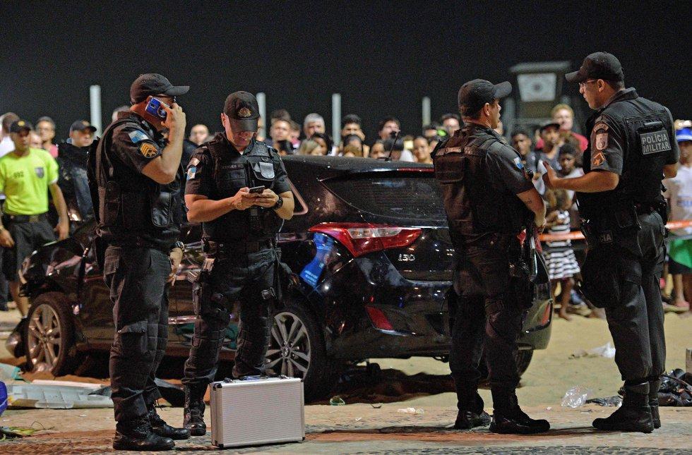 Policiais na cena do acidente em Copacabana. Ao menos 15 pessoas ficaram feridas e foram levadas para hospitais públicos e privados do Rio.
