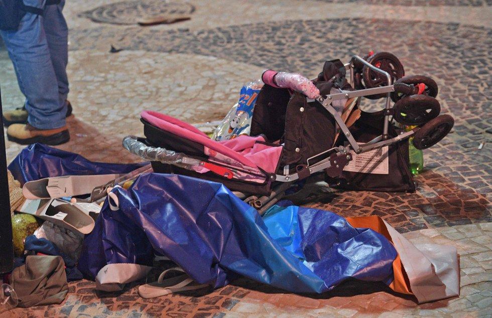 Carrinho de bebê no calçadão de Copacabana após incidente. Carro invadiu a praia e motorista disse ter perdido o controle após ataque epilético. Uma bebê de oito meses chamada Maria Louise morreu no acidente. Sua mãe está internada em estado grave.rn