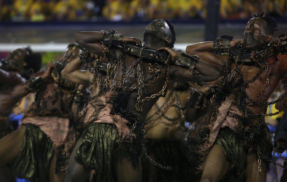 """Comissão de frente da Paraíso da Tuiuti trouxe o """"grito de liberdade: """"Não sou escravo de nenhum senhor; Meu Paraíso é meu bastião; Meu Tuiuti o quilombo da favela; É sentinela da libertação""""."""