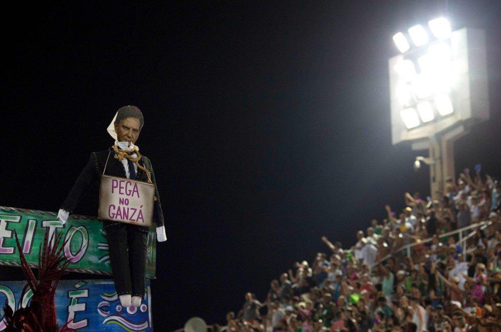 Crivella foi transformado em um boneco de Judas pela Mangueira. Nesta segunda (12), a Beija Flor também promete trazer a política para o Sambódromo com um enredo sobre corrupção.
