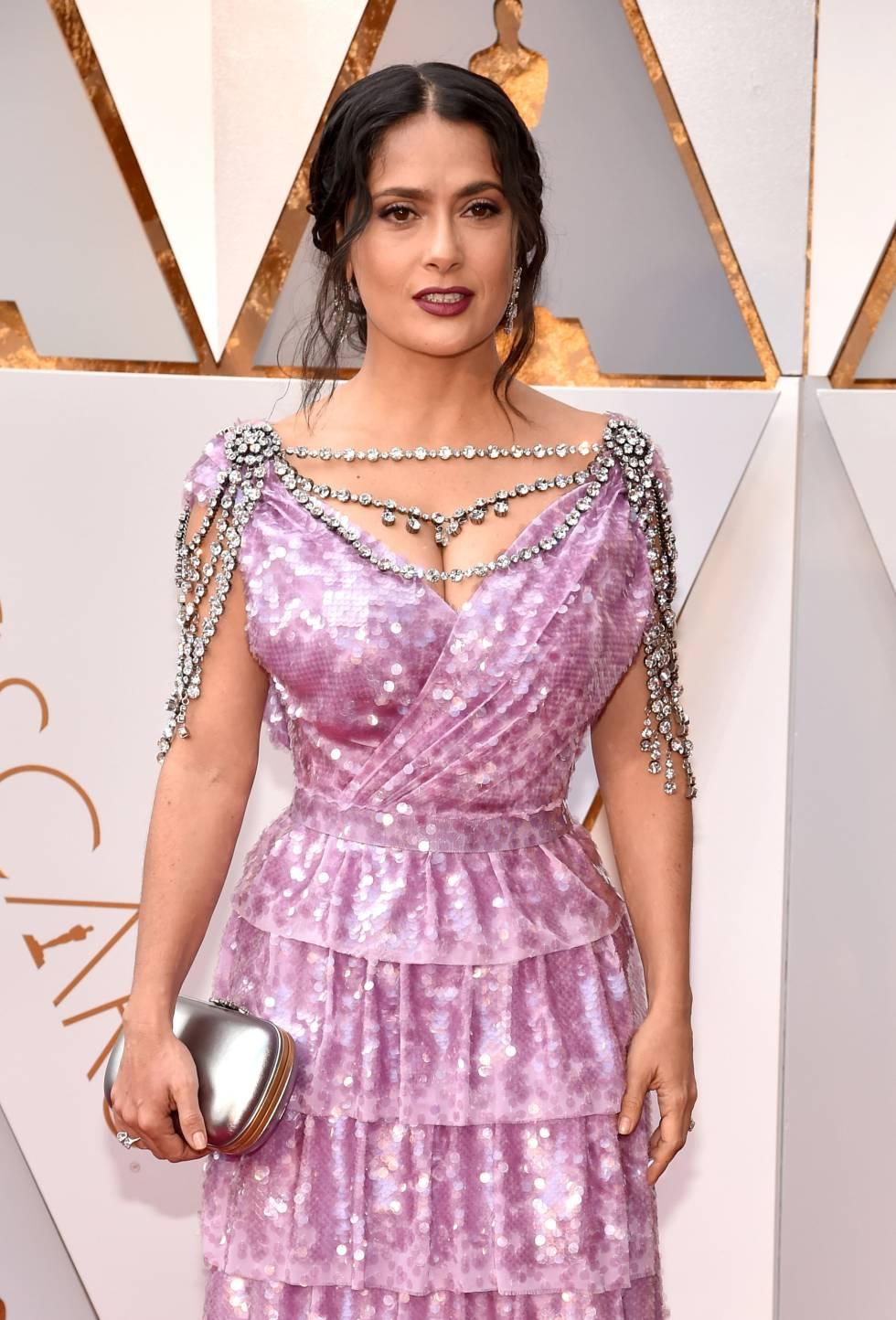 Salma Hayek no tapete vermelho do Oscar. Atriz inaugura lista de 'looks' polêmicos, segundo já comentam internautas no Twitter.