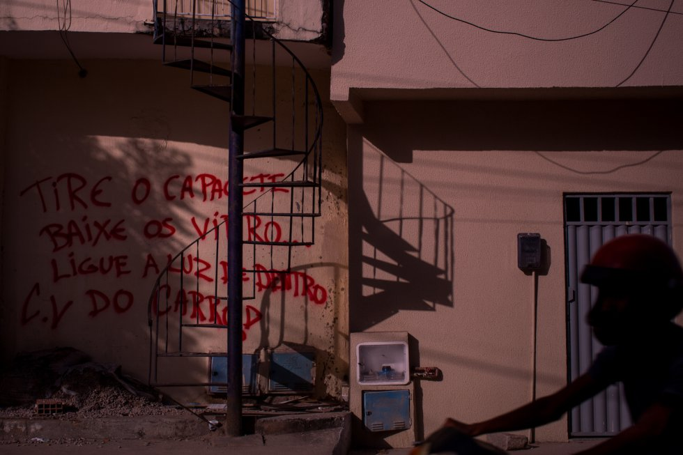 Os muros das comunidades de Fortaleza anunciam quem manda naquela área. Para circular na área, é preciso abaixar os vidros do carro e retirar o capacete, sob o risco de ser confundido com um membro de uma facção rival ou com um policial.