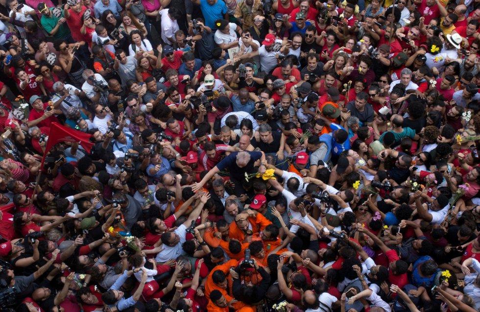 Uma foto aérea da cena, feita pelo repórter fotográfico brasileiro Francisco Proner, começou a circular rapidamente nas redes sociais simpáticas ao ex-presidente.