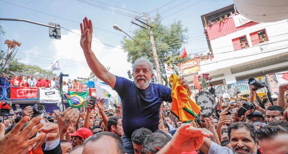 O ato terminou de forma apoteótica, com Lula sendo carregado pelos apoiadores, tal qual acontecia quando ele era líder sindical. O PT e apoiadores, sempre atentos à construção da iconografia, não demoraram a circular imagens históricas para efeito de comparação.