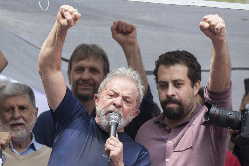 """O tom mudaria quando Lula discursou pela primeira vez desde a ordem de prisão decretada por Moro. Por quase uma hora, Lula lembrou sua carreira de sindicalista, ungiu outros nomes da esquerda pré-candidatos à presidência como ele (na foto, de rosa claro, está o pré-postulante pelo PSOL, Guilherme Boulos) e fez duros ataques aos procuradores e ao juiz que o condenaram a 12 anos e um mês de prisão - Lula começa na noite deste sábado a cumprir a pena pelos crimes de corrupção e lavagem de dinheiro. Ao final, anunciou que ia se entregar às autoridades. """"De cabeça erguida, direi ao delegado: 'Estou à disposição""""."""