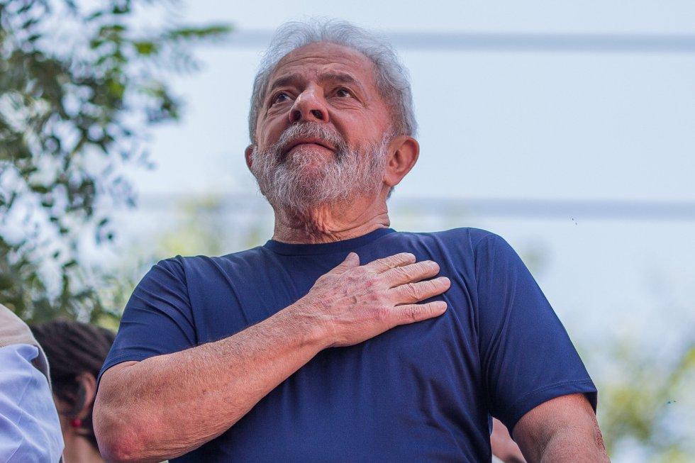 O ex-presidente Luiz Inácio Lula da Silva leva ao mão ao peito durante uma missa-ato em homenagem a sua mulher Marisa Letícia, falecida em 2016. A cerimônia, comandada de uma espécie de carro de som, foi realizada nos aforas do Sindicato dos Metalúrgicos do ABC, transformado em 'bunker' desde quinta-feira, quando Lula recebeu a ordem de prisão de determinada pelo juiz federal Sérgio Moro.