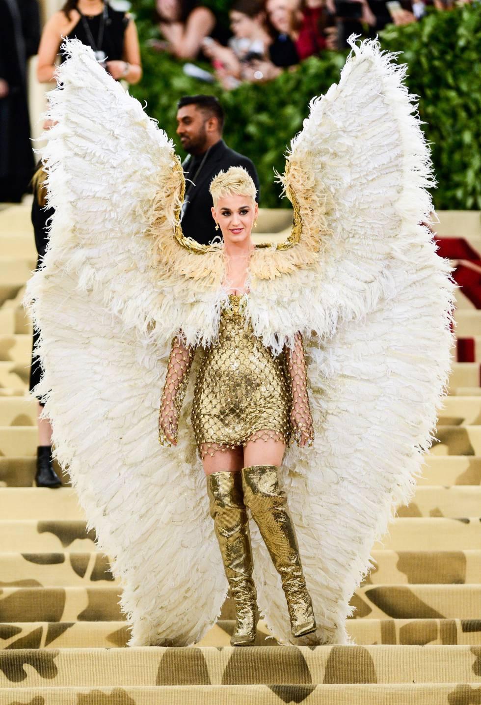 Katy Perry usou asas no Met Gala 2018, em Nova York. Tema do evento era inspirado na Igreja Católica e no cristianismo.