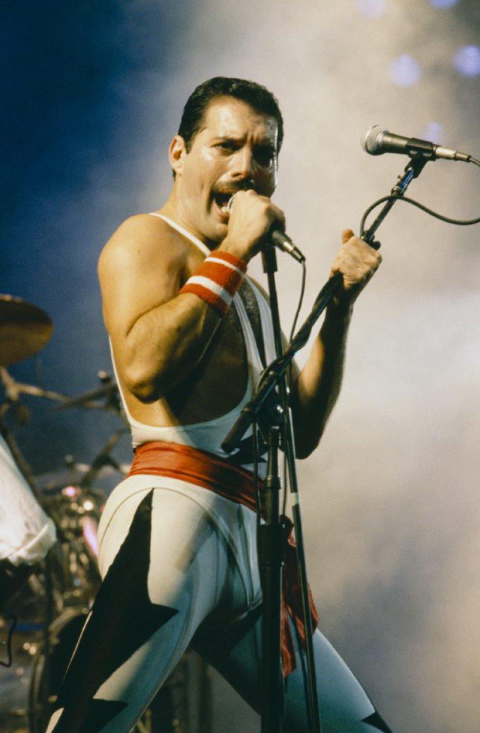 Freddie Mercury. Um artista único que era bissexual assumido. Mercury é um dos maiores expoentes da bi-erasure, ou quando historicamente a bissexualidade é omitida para atribuir a uma determinada pessoa o rótulo de gay ou hétero. Um fato que ganhou relevância novamente algumas semanas atrás, quando foi lançado o trailer de Bohemian Rhapsody – a cinebiografia estrelada por Rami Malek no papel de Mercury – e Bryan Fuller, roteirista de American Gods, lamentou em suas redes sociais que o clipe destacasse somente um relacionamento com uma mulher (a do cantor com Mary Austin) e tentasse esconder o máximo possível sua bissexualidade.