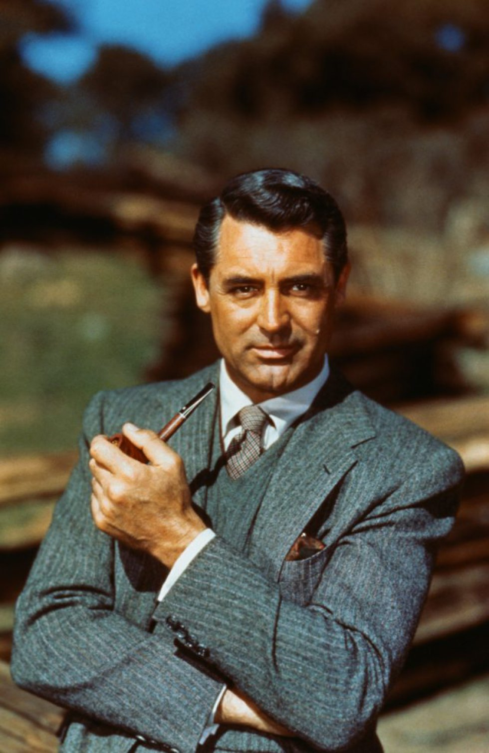 Cary Grant. O ator teve uma vida marcante, além de ter estrelado filmes históricos em mais de 60 obras, vendeu gravatas, foi gigolô de homens e mulheres da alta sociedade e praticou uma bissexualidade notória no meio artístico, mas silenciada publicamente. Casou-se cinco vezes e teve uma filha, Jennifer Grant. De acordo com alguns biógrafos, manteve um relacionamento com o ator Randolph Scott e outro com o figurinista Orry-Kelly. Também se falou de um caso com Sophia Loren durante as filmagens de Orgulho e Paixão, na Espanha.