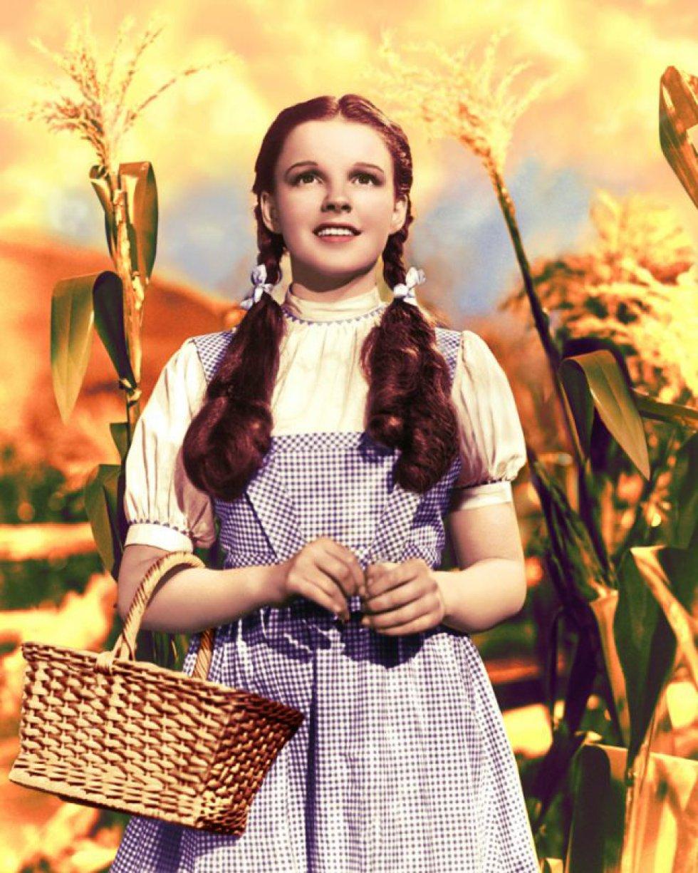"""Judy Garland. Na biografia da atriz escrita por Gerald Clarke, Get Happy, foram confirmados os rumores de que dois de seus maridos, Vincente Minnelli e Frank Herron, eram bissexuais. """"De fato, em uma ocasião em que Judy voltou inesperadamente do estúdio, encontrou Minnelli na cama com um homem"""", disse Clarke em uma entrevista. """"O choque a levou à sua primeira tentativa de suicídio. Quando os viu, correu para o banheiro e cortou as veias."""" O livro também revela que Herron teve um affaire com Peter Allen, que anos mais tarde se casaria com Liza Minnelli. Além disso, na biografia de David Shippman também se diz que a atriz –ícone LGTBQI–, era bissexual e que teve um caso com """"uma mulher sem nome"""" na Metro Goldwyn Mayer."""