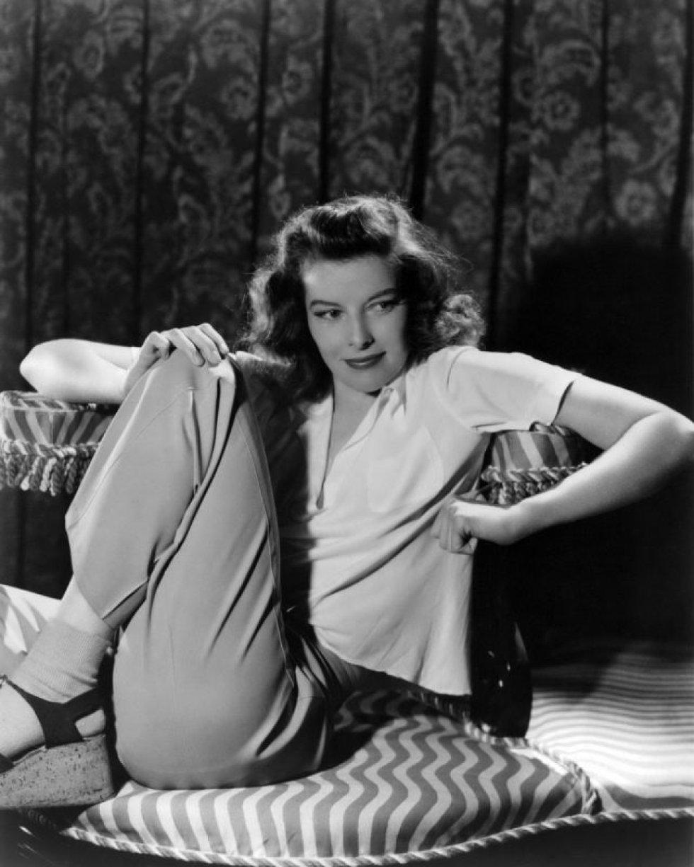 """Katharine Hepburn. Segundo várias biografias, o relacionamento que teve com Spencer Tracy foi muito especial porque ambos eram bissexuais. Scotty Moore diz em suas memórias que Hepburn teve relações com """"pelo menos 150 mulheres"""" durante seu convívio com o ator."""