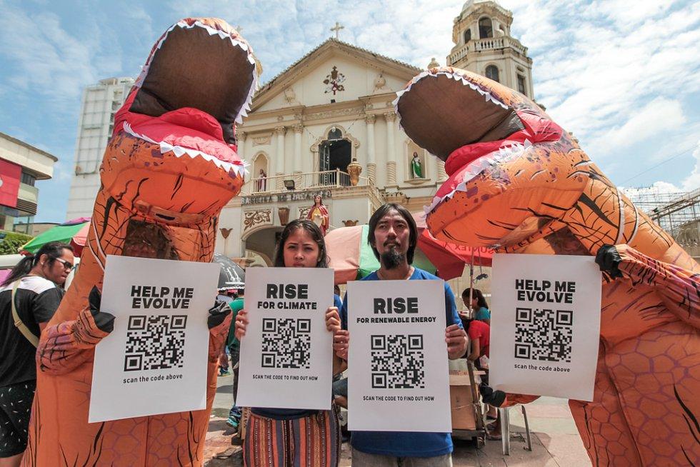 Ainda na marcha de Manila, Filipinas, os manifestantes usaram vestidos com fantasias de dinossauros T-Rex, os ativistas parodiaram a D.M. A Consunji, Inc., a SMC Global Power Holdings Corporation e a Meralco Powergen, que continuam vendendo combustíveis fósseis datados como o carvão