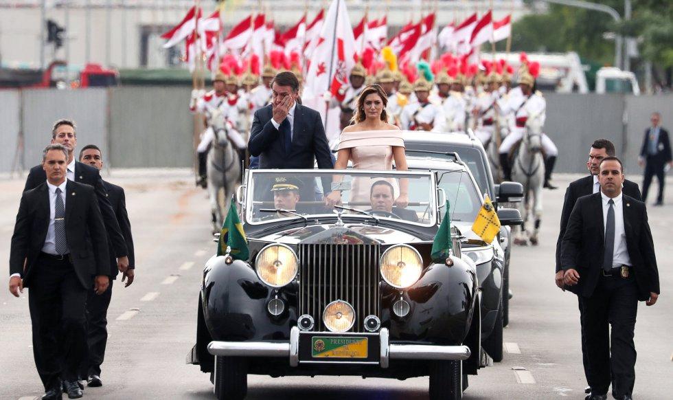 Jair Bolsonaro e sua esposa, Michelle, a caminho do Congresso.