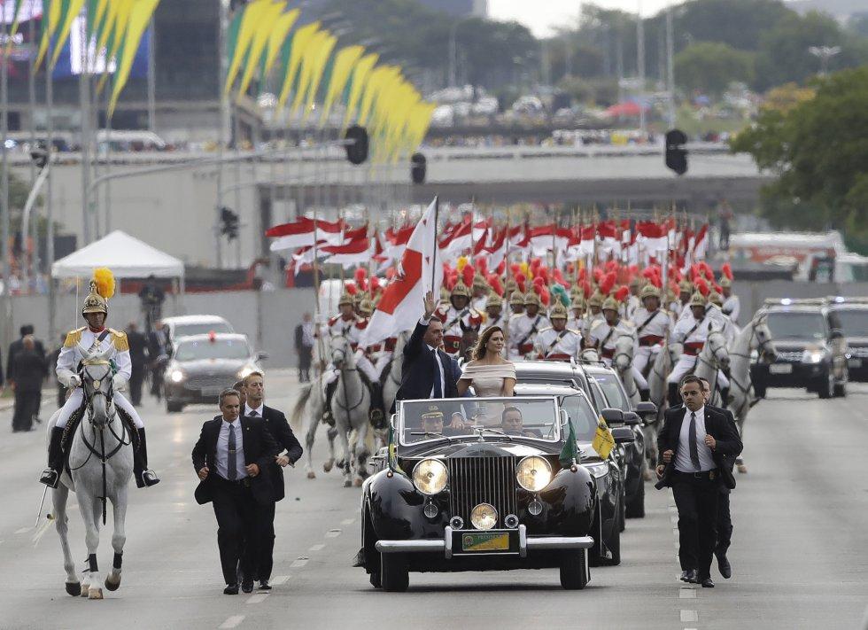 O cortejo presidencial de Bolsonaro pelas ruas de Brasília foi no tradicional Rolls Royce da presidência, de 1952.