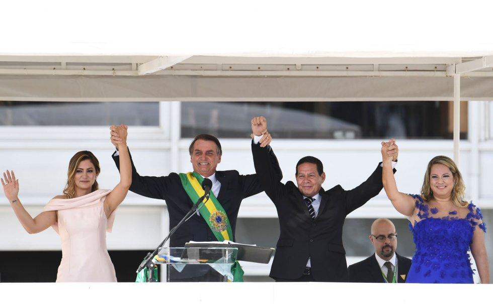 A primeira-dama Michelle Bolsonaro, o presidente Jair Bolsonaro, o vice Hamilton Mourão e a vice-primeira-dama Paula Mourão, após a posse presidencial. Começa o Governo Bolsonaro.