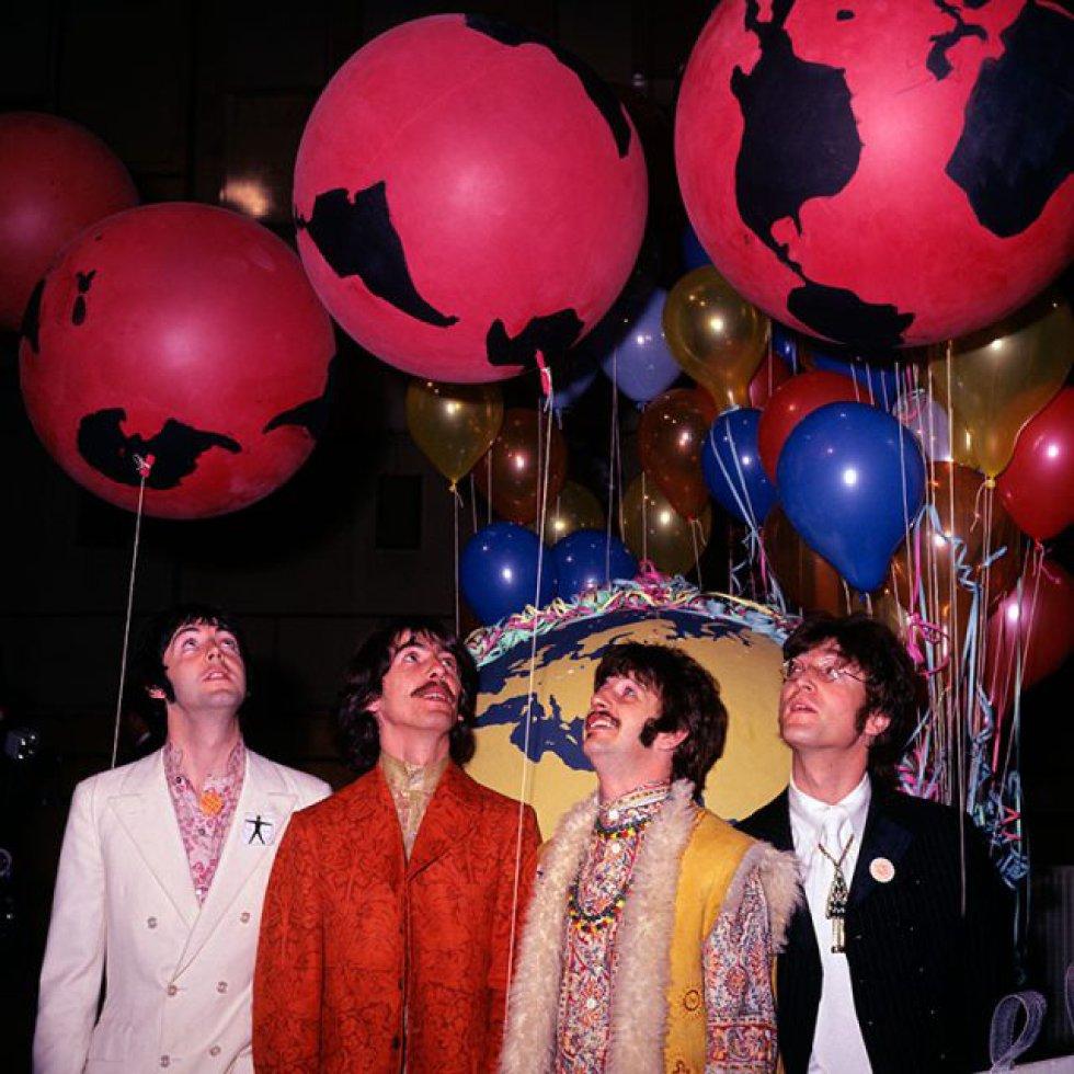 """'Sgt. Peppers', dos quatro de Liverpool, acaba de completar 50 anos e, a esta altura, todo o mundo associa Lucy a uma de suas letras icônicas com o LSD, substância que eles experimentaram na época (na foto, em 1967, durante um dos atos de apresentação do álbum). A garota com olhos caleidoscópicos que evocam na letra é uma viagem de ácido, alucinógeno que Paul McCartney reconheceu na 'Rolling Stone' ter provado pela primeira vez graças a um dentista amigo de George Harrison. Não é a única de suas letras que fala de drogas, embora pareça tratar de amor. 'Got to Get You Into My Life', do álbum 'Revolver' (1966), descreve a dependência: """"Ooh, did I tell you I need you. Every single day of my life""""... O próprio McCartney explicou ao escritor Barry Miles que era """"uma ode à maconha, como se alguém tivesse escrito uma ode ao chocolate ou a um bom Bordeaux""""."""
