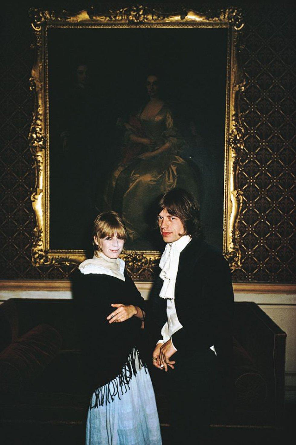 """Suas satânicas majestades gravaram em 1971, no 'Sticky Fingers', esta balada, que a 'Rolling Stone' (a revista) incluiu entre as 500 letras mais influentes da história. Diz a lenda que Keith Richards começou a escrevê-la pensando no filho Marlon, mas Mick Jagger mudou a letra para contar sua complicada relação com Marianne Faithfull (com ele na foto em Castletown Mansion em 1968). Ela tentou cometer suicídio com uma overdose e, quando saiu do coma, disse a Jagger: """"Wild horses couldn't drag me away"""" (""""cavalos selvagens não puderam me arrastar para longe"""". Ele transformou essa frase em um refrão."""