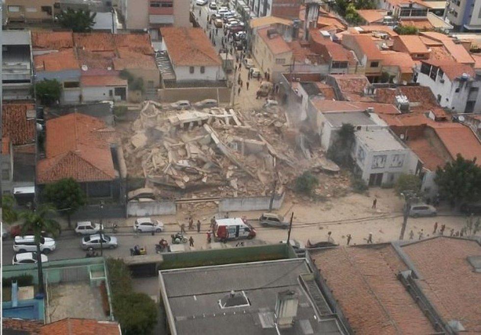 Um edifício de sete andares que estava habitado desmoronou por volta das 10h30 desta terça-feira em Fortaleza, no Ceará.